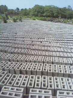 """Les briques sont fabriquées sur place et """"cuites"""" au soleil"""